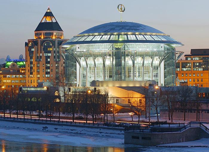 В комплекс Московского международного Дома музыки входят три концертных зала.  Фото.  Летняя open-air площадка...